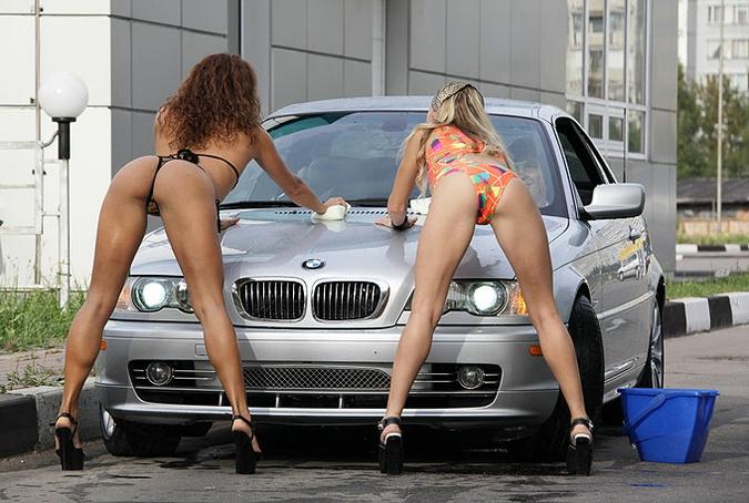Девушки в бикини возле машин фото 648-441
