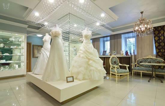 В самих примерочных залах салона, а лучше, если их будет несколько, потому что каждая капризная невеста будет тратить немало времени при выборе своего