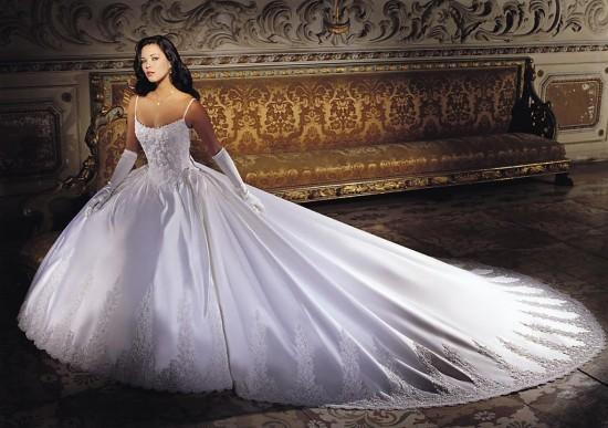 стоит обратить внимание, но все же нужно учитывать, что, то, что рекламируется, как модное в первую очередь используется в каждом салоне свадебного