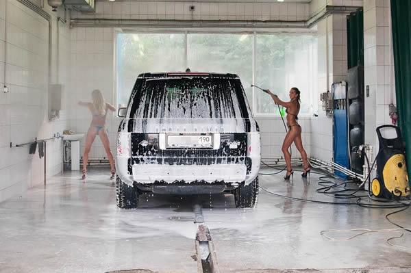 Как девушки моют автомобиль?