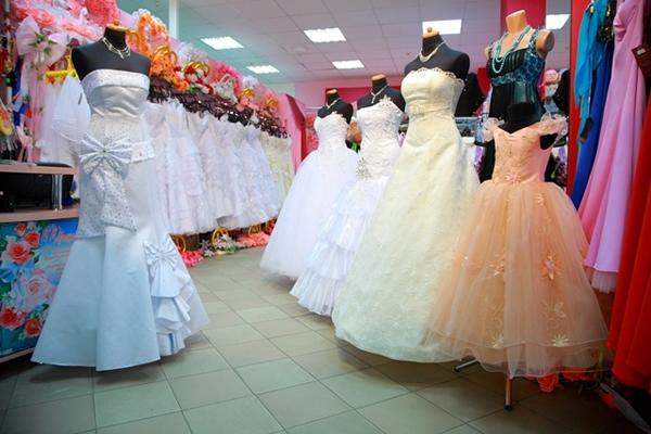 Ассортимент товара свадебного салона.